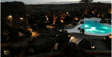 cueva de los Jameos del Agua por la noche